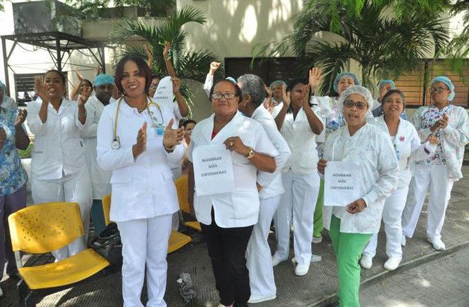 Las enfermeras paralizan este martes sus labores en todos los hospitales