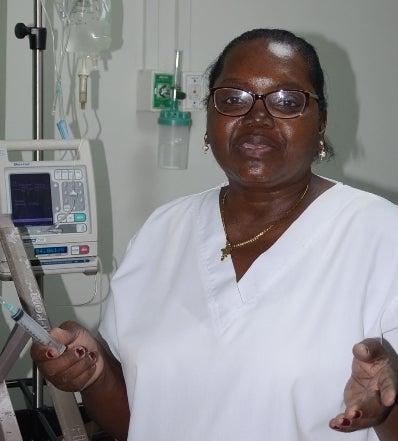 Enfermera es destacada y es ejemplo de entrega por décadas en su funciones