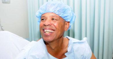Hacen cirugía robótica contra cáncer de próstata