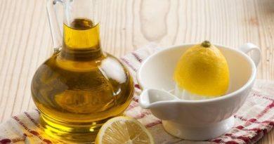 ATENCIÓN: Cáscara de limón y aceite de oliva para aliviar el dolor de las articulaciones El dolor de las articulaciones afecta a distintas zonas del cuerpo, y suele ir unido a rigidez, dolor a la palpación e inflamación. El dolor articular, laartritiso la artrosis puede ir acompañado de la inflamación de una o más articulaciones y se produce de distintas maneras. En el caso de la artrosis,el cartílago de la articulación se deteriora, y su capacidad para regenerarse es limitada,lo que produce una pérdida de cartílago con el tiempo. Como resultado, los huesos desprotegidos se rozan uno con otro y producen inflamación, dolor y protuberancias óseas en la articulación. Además del dolor de las articulaciones, provoca rigidez y dificultad de movimiento. Las articulaciones que duelen con mayor frecuencia son: La cadera. El hombro. La rodilla. Articulación sacroilíaca. De todas ellas la rodilla es tal vez la que sufre daños con mayor frecuencia y la más susceptible de causar dolor.Si bien suele tratarse con medicamentos analgésicos y antiinflamatorios,hay remedios de origen natural que ayudan a aliviar el dolor.Uno de estos remedios se elabora con la corteza del limón y aceite de oliva, dos ingredientes que relajan la zona dolorida. Lee también:5 ejercicios para reducir el dolor de las articulaciones Cáscara de limón y aceite de oliva para el dolor de las articulaciones La mezcla de cáscara de limón y aceite de oliva se aplica mediante masaje sobre la zona dolorida.Estos ingredientestienen propiedades que ayudan a disminuir la inflamación, el dolor y la rigidez. La cáscara de limón contiene sustancias como la citronela y el felandreno, dos aceites esenciales que ayudan a relajar los músculos y las articulaciones, ayudando a mejorar su capacidad demovimiento.Mientras que, el aceite de oliva contieneantioxidantesy ácidos grasos omega 3,son conocidos por su capacidad para aliviar los tejidos inflamados y doloridos. En conjunto, estos ingredientes mejoran el proceso de oxigenaci