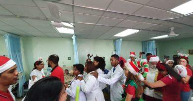 Autoridades y médicos del Robert Reid agasajan niños hospitalizados