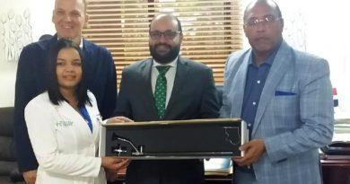 Urólogos entregan ureteroscopio al Salvador Gautier