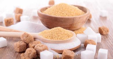 ¿El azúcar moreno es mejor que el blanco? En los últimos añosse ha sustituido el azúcar blanco de mesa por otras sustancias aparentemente mejores para la salud. Un ejemplo es el azúcar moreno. Con el tiempo surgió la duda sobre si este azúcar moreno es mejor que el blanco. Este producto no deja de ser similar al azúcar común, sólo que simplemente presenta un nivel de procesado menor.Mantiene casi todas las propiedades del azúcar de mesa común y su impacto en la salud es muy similar.Por lo tanto, no mejora en absoluto las prestaciones del primero ni es inocuo para la salud. La cantidad de fibra es ligeramente superior en el azúcar moreno, aunque esto no lo hace inmediatamente mejor que el blanco. Si lo comparamos con otros alimentos, la cantidad de fibra sigue siendo despreciable. Por otra parte, el índice glucémico y la respuesta pancreática a su ingestión es totalmente similar. El azúcar en la industria El azúcar es uno de los productos más utilizados en la industria. Presenta propiedades antimicrobianas, por lo que mejora la conservación de los alimentos. Además,tiene la capacidad de mejorar las propiedades organolépticas haciendo más atractivos otros alimentos. Sin embargo, es un alimento que se relaciona con la aparición de muchas enfermedades complejas como la diabetes o el cáncer. En los últimos años,la Organización Mundial de la Salud -OMS- ha limitado su consumo para intentar reducir la tasa de la obesidad. Uno de los problemas de añadirle sistemáticamente azúcar a los productos es la adicción que esto genera. Cuando debería de ser un alimento completamente situacional para ámbitos deportivos, se ha convertido en una de las sustancias de mayor consumo entre la población en general. Sigue leyendo:5 mentiras sobre el azúcar según la ciencia Da igual el nombre: es azúcar Actualmente, y tras la campaña de concientización que se ha llevado a cabo para reducir la ingesta de azúcar, nos encontramos variantes con distintos nombres, pero que vienen a ser lo mismo.El 