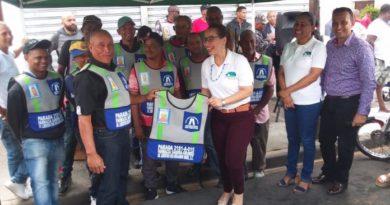 Grupo Médico SC entrega chalecos a motoconchistas