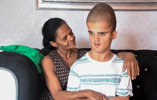 El drama de una madre con cáncer, pobre y con un hijo limitado por la hidrocefalia