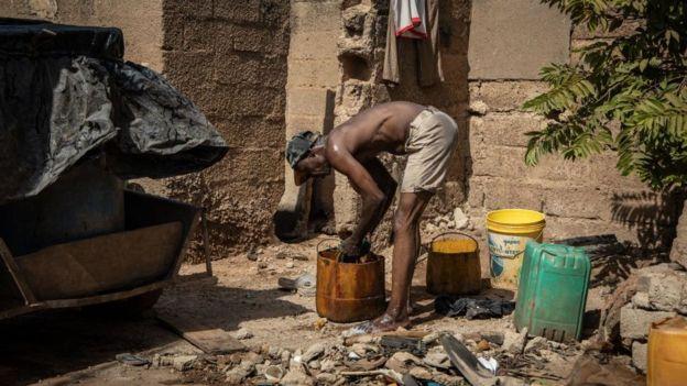 hombre trabaja en un lugar rural