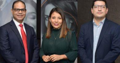 Cirujana plástica de Colombia imparte conferencia en país