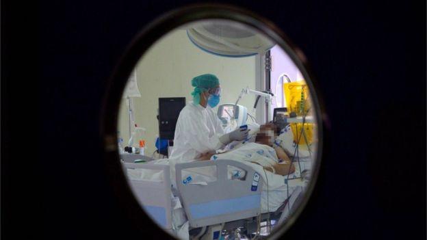 Un médico asiste a un paciente en la Unidad de Cuidados Intensivos de Madrid