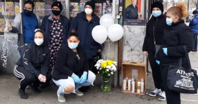 Con altares, oraciones y denuncias de negligencias recuerdan a los muertos por coronavirus en calles del Alto Manhattan