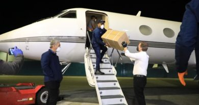 La aeronave HI-1040 que trajo los insumos sanitarios, aterrizó a las 3:37 de la madrugada en el Aeropuerto Internacional Joaquín Balaguer, El Higüero, y fue recibido por Gonzalo Castillo