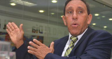 Cruz Jiminián, sobreviviente de coronavirus, desoye recomendaciones médicas y convoca rueda de prensa presencial