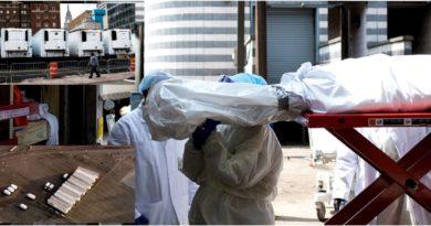Más de 50 morgues móviles con cientos de cadáveres en macabro espectáculo en un estacionamiento de Brooklyn