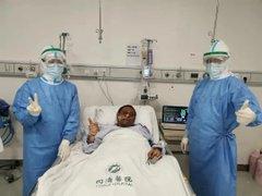 Fallece uno de los médicos chinos cuya piel se oscureció tras superar el covid-19