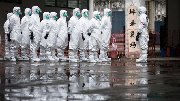 Trabajadores médicos chinos vestidos con equipos de protección.
