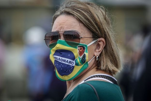 Una mujer con cubrebocas en Brasil