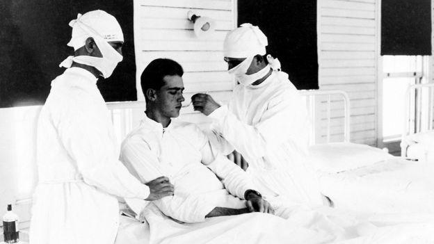 Los médicos tratan a un paciente con influenza en Nueva Orleans en 1918