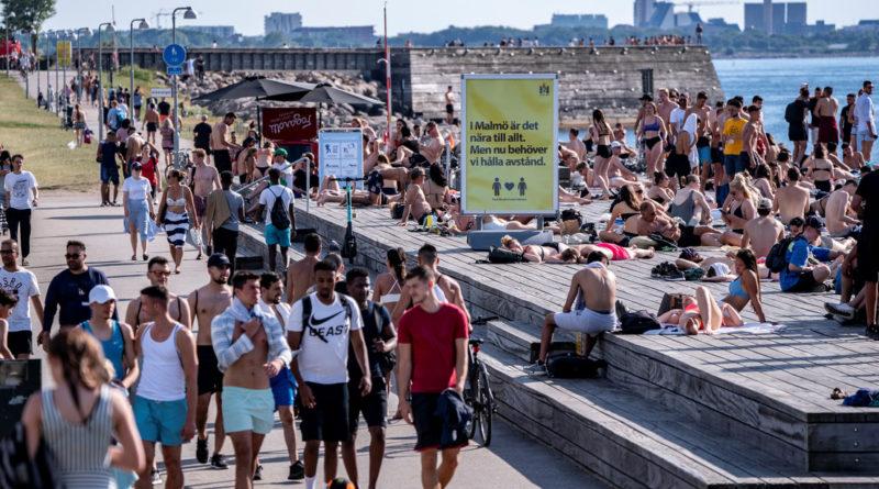 """""""Literalmente, no ganaron nada"""": La estrategia de Suecia ante el covid-19 no salvó vidas ni evitó la crisis económica"""