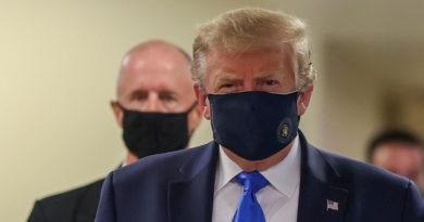 Trump aparece por primera vez en público con mascarilla mientras EE.UU. bate su récord de contagios