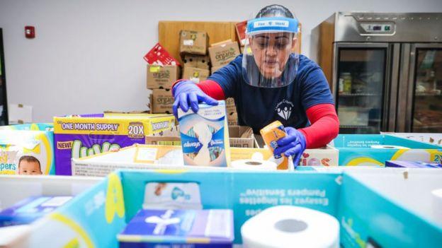 Mujer con donaciones para personas afectadas por la cuarenetena