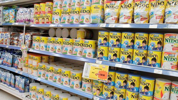 Estantes de leche materna en un supermercado de México