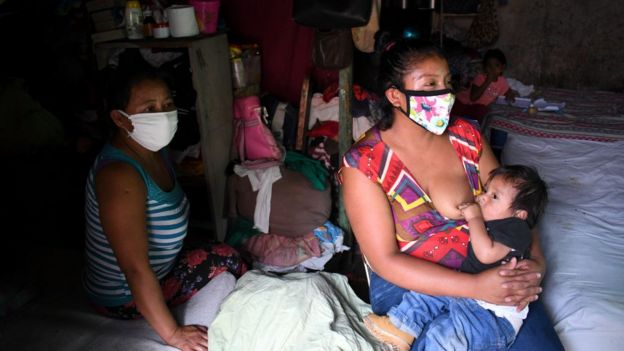 Mujer amamanta a su hijo en Guatemala.