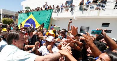 """Bolsonaro afirma que quedarse en casa para evitar el coronavirus """"es para los débiles"""""""