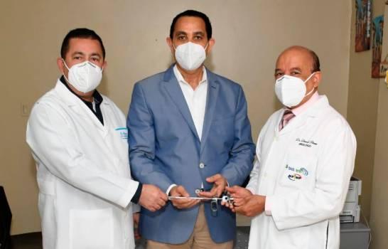 Fundouro dona equipo para residencia de Urología en Hospital Francisco Moscoso Puello