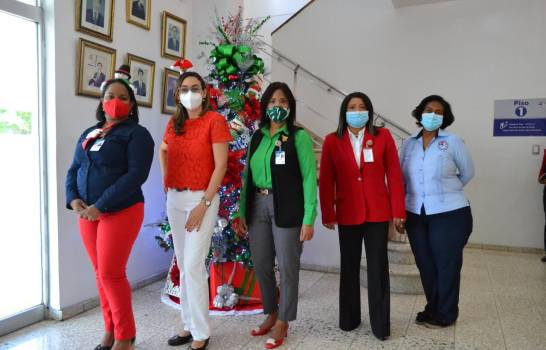 Encienden árbol navideño en Centro de Gastroenterología