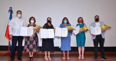 Sociedad de Obstetricia reconoce ginecólogas