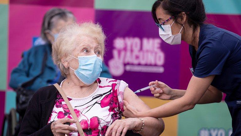 Chile vacunó a más de 550.000 personas contra el coronavirus en tres días y lidera la región