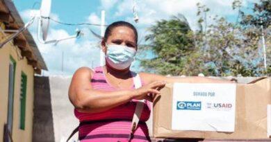 Los Estados Unidos dona kits de alimentos a familias impactadas por el COVID-19