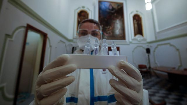 Mujer en Italia con varias muestras de pruebas PCR.