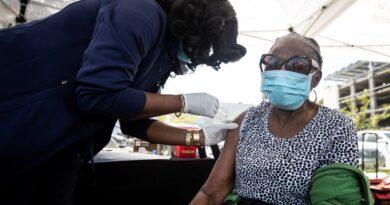 Las desigualdades raciales de la pandemia persisten en la distribución de las vacunas