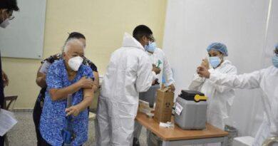 Ciudadanos que acompañen adultos mayores de 80 años podrán vacunarse contra Covid-19