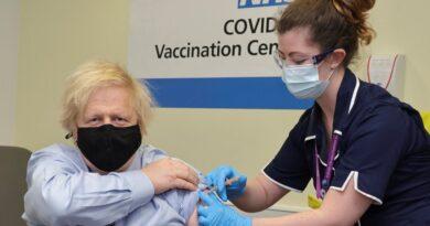 """El Reino Unido advirtió a la UE que sería """"contraproducente"""" bloquear las exportaciones de la vacuna de AstraZeneca"""