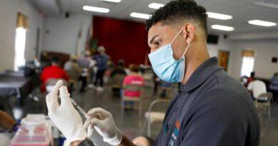 Maestros, policías y bomberos mayores de 50 años ya pueden recibir la vacuna contra el COVID-19 en Florida
