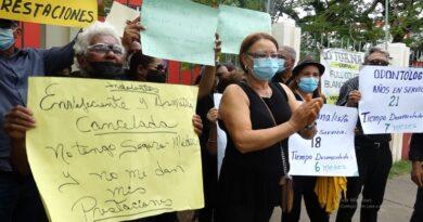 Exempleados de salud pública amenazan con encuerarse para que les paguen prestaciones laborales