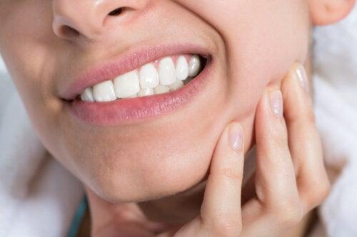 ¿Qué es la alveolitis seca y qué la causa?