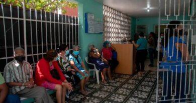 Adultos mayores asumen con responsabilidad y disciplina jornada de vacunación contra el COVID-19