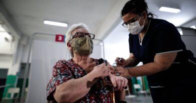 Del estancamiento al desborde de los casos diarios por COVID-19: aún el 88 % de las personas mayores de 60 años en la Argentina no recibieron su vacuna