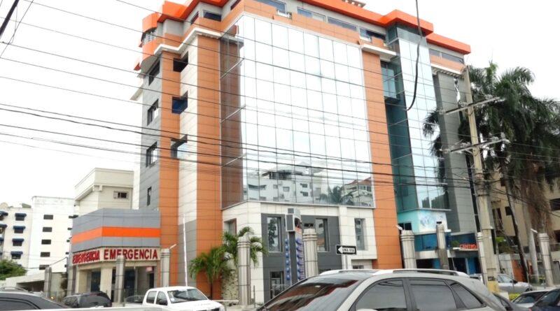 Personas que tenían citas médicas y familiares de internos en el Centro Médico Monumental sorprendidos por el cierre de la clínica