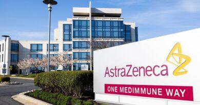 ATENCIÓN:La Universidad de Oxford pausó su ensayo de la vacuna de AstraZeneca en menores mientras el Reino Unido investiga posibles vínculos con casos de trombosis