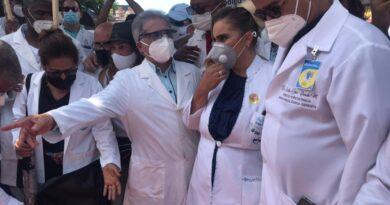 Médicos marchan en demanda aumento honorarios por parte ARS