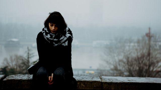 Una mujer deprimida en un oscuro invierno