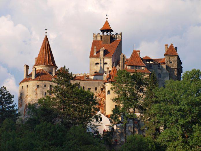 El castillo de Drácula se convierte en centro de vacunación contra la COVID-19