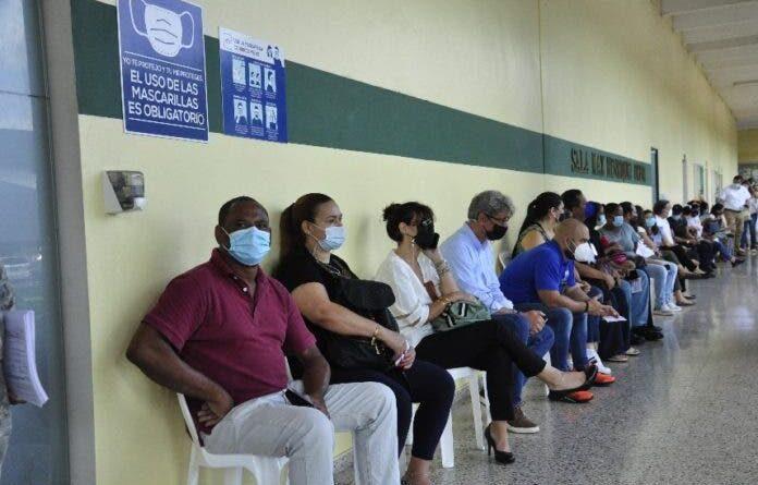 Centros vacunación inician aplicación primera dosis de vacuna AstraZeneca