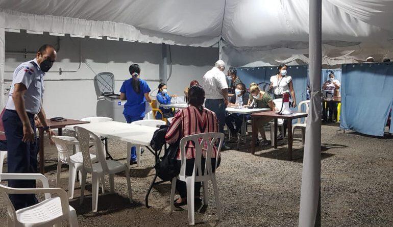 Pese a rebrote en el GSD, asistencia a centros de vacunación contra COVID-19 bajó este viernes