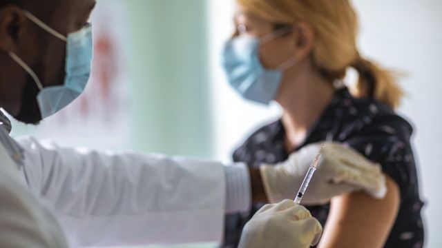 Mujer siendo vacunada