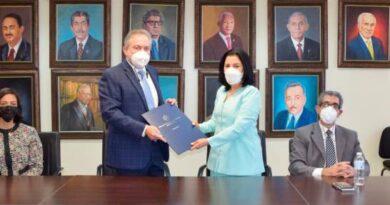 Farmacias Los Hidalgos firma acuerdo con la UASD