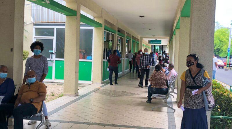 Familiares de internos en hospital Marcelino Vélez por covid-19 dicen estar desesperados